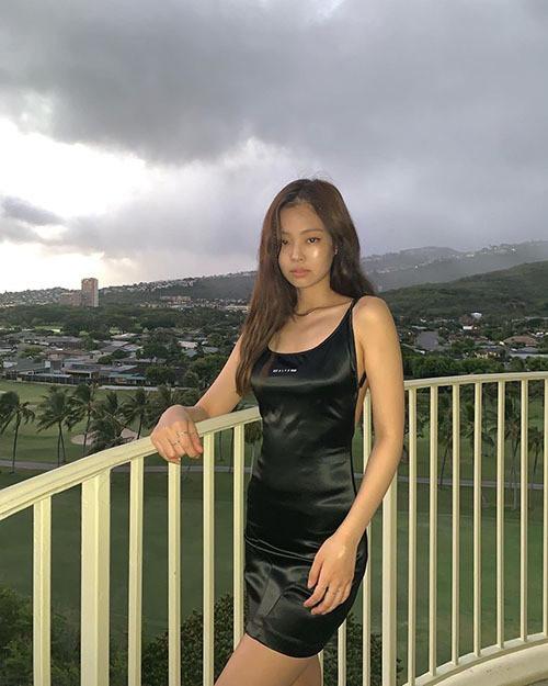 Hiệu ứng Jennie khiến chiếc váy bị cho là đồ ngủ của hãng thời trang này cháy hàng