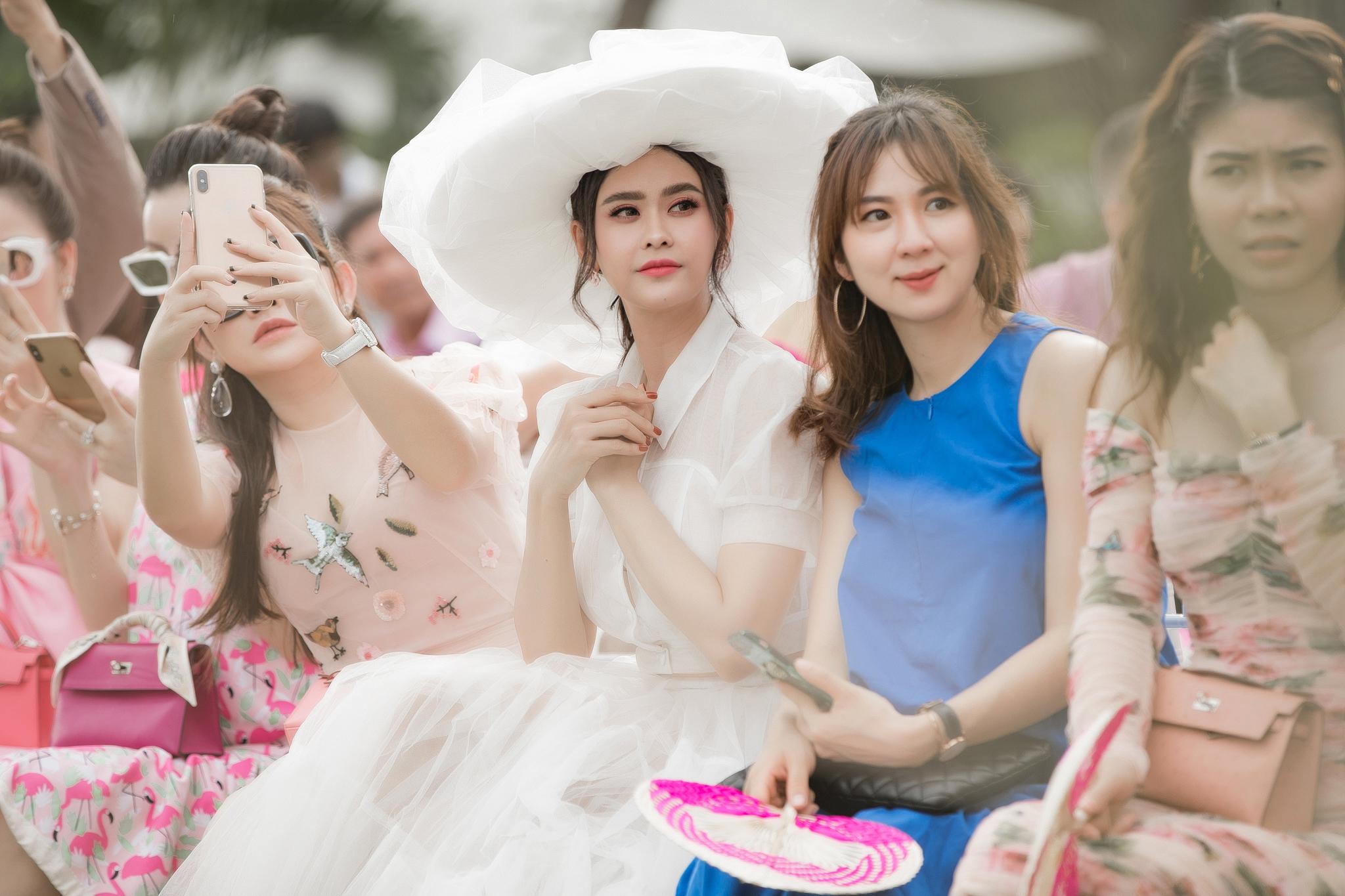 Diện đầm của NTK Minh Công, Trương Quỳnh Anh nổi bật với 'cây' trắng trên thảm đỏ