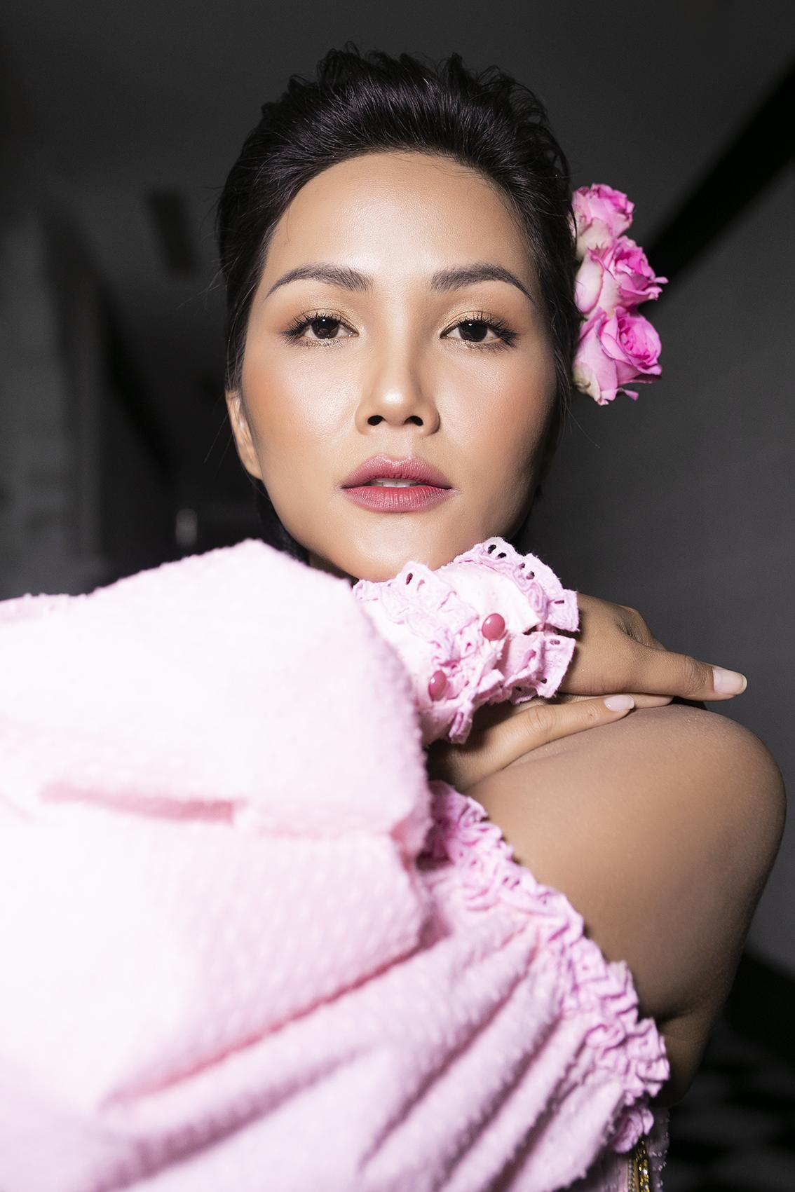 Hoa hậu HHen Niê và Á hậu Lệ Hằng nắm tay nhau làm vedette cho show diễn chủ đề Pink Summer