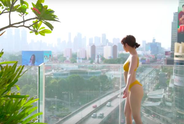 Ngọc Trinh thật là vàng tươi trong bộ bikini quyến rũ giữa phố phường Bangkok