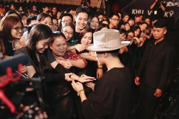 Làm đúng như bài hit của mình, Sơn Tùng trao hết cho fan trong buổi gặp gỡ, đến thắt lưng cũng tặng luôn không tiếc