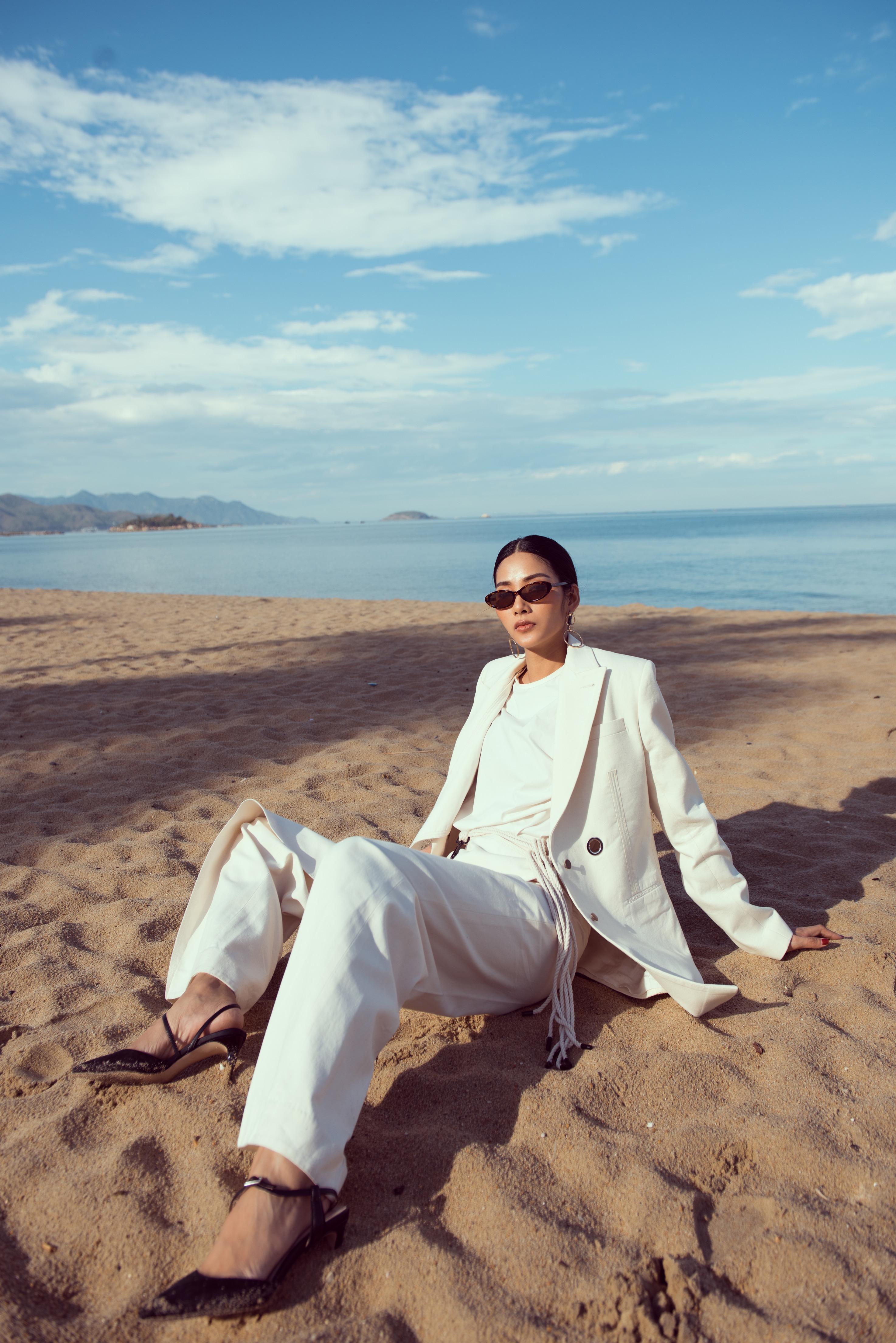 Không chỉ làm người mẫu, Á hậu Hoàng Thùy còn tự thiết kế trang phục cho bộ ảnh siêu chất này của mình