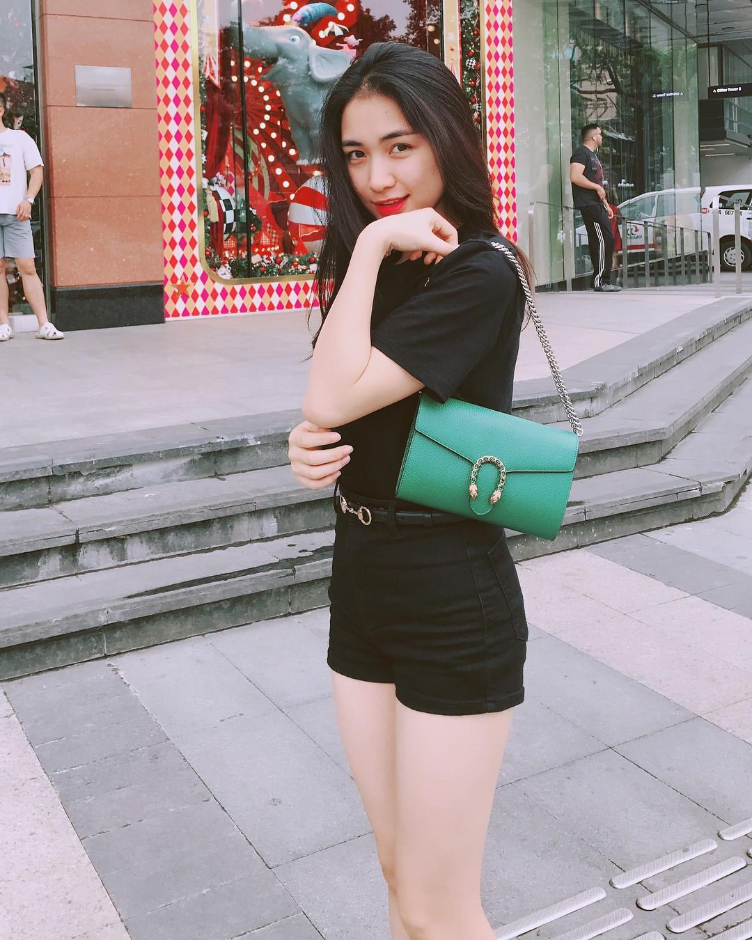 Hậu tạm ngưng ca hát, Hòa Minzy bán hết các túi hàng hiệu cả trăm triệu đồng khiến fan lo lắng
