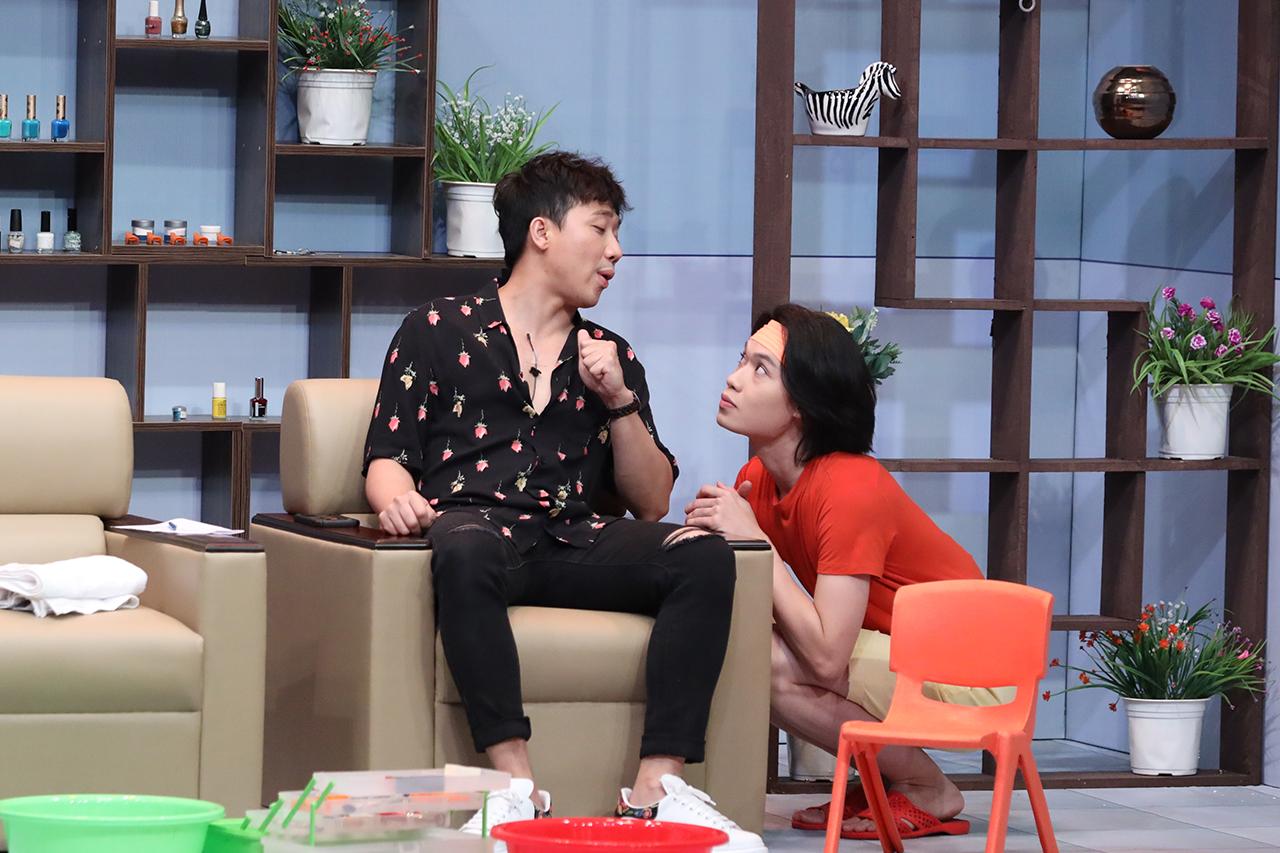 Trấn Thành không ngần ngại khoe body, yêu cầu Quang Trung mát xa trên sân khấu