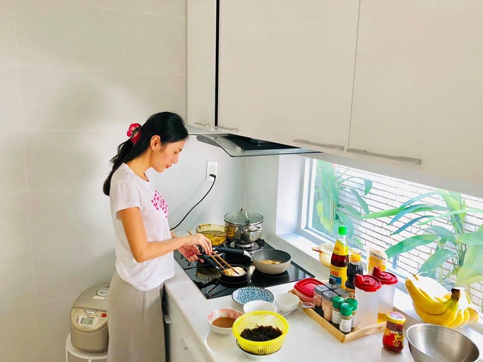 Công Vinh khẳng định không thèm phở vì có vợ mang cơm nhà đến tận chỗ làm