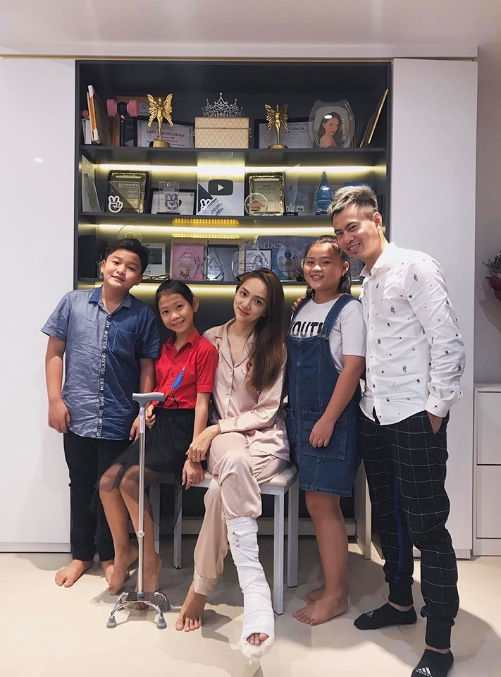 Tuy chân bó bột phải nằm tại nhà, Hương Giang vẫn được bạn bè và học trò ồ ạt đến thăm