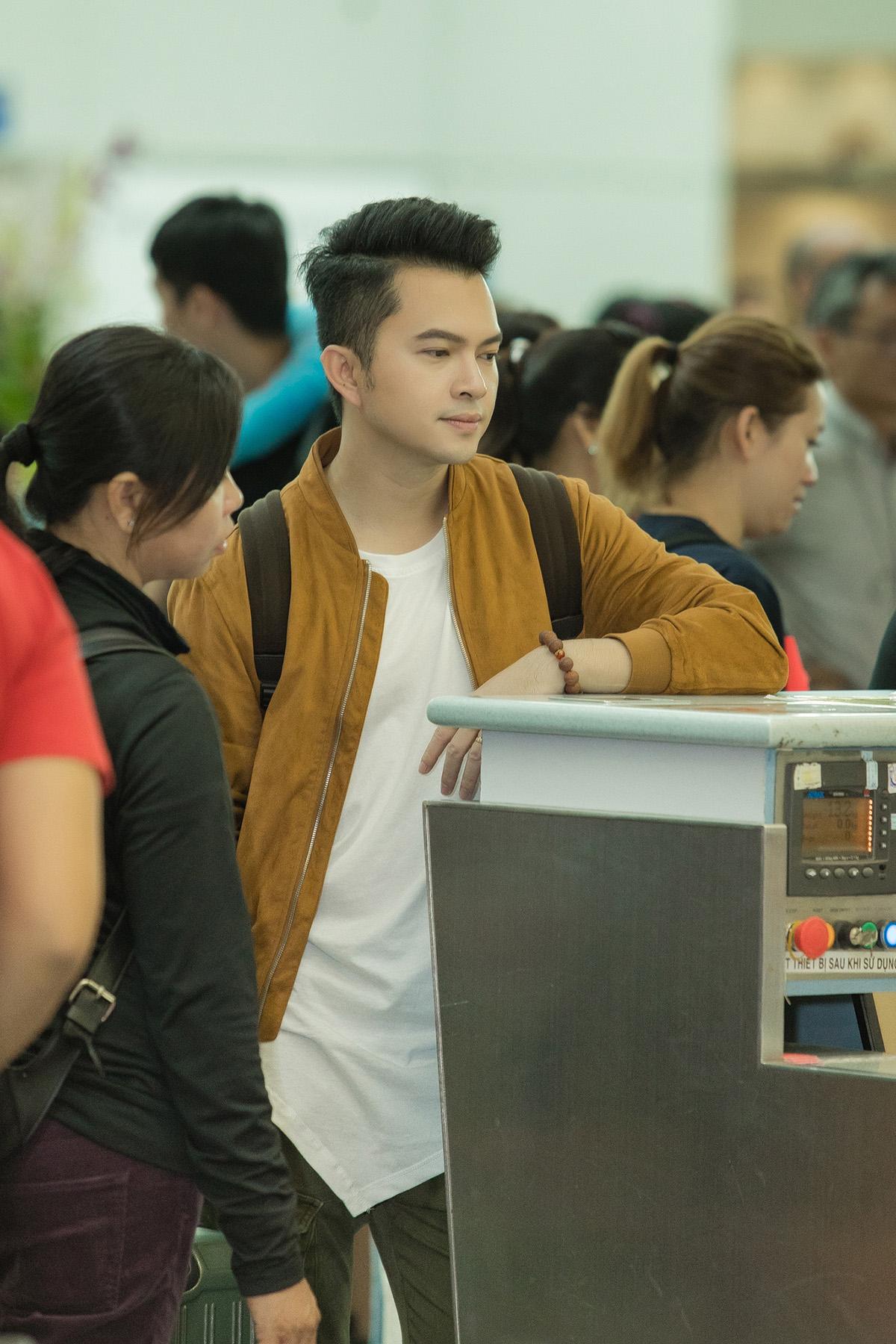 Nam Cường lộ rõ vẻ phờ phạc ngoài sân bay khi lên đường sang Đài Loan lưu diễn