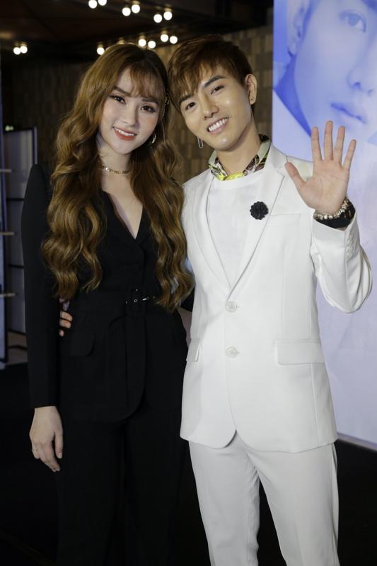 Mặc kệ scandal chưa lắng xuống, Thu Thủy vẫn gợi cảm đến chúc mừng 'bản sao Đức Phúc' ra mắt MV đầu tay