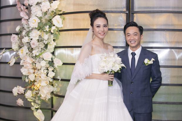 Nhìn lại đám cưới Cường Đô La và Đàm Thu Trang: 4 người nâng váy cưới, 2 đến 3 ekip chụp hình