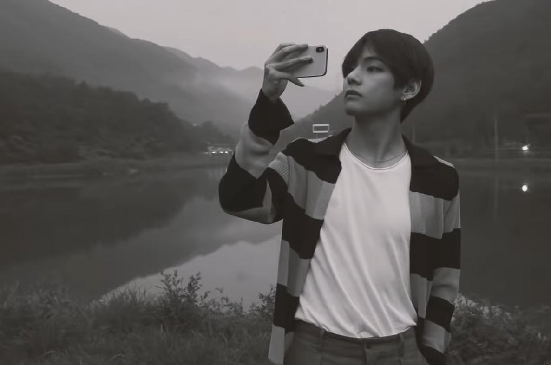V (BTS) cà khịa danh xưng bình hoa di động của netizen Hàn bằng những sáng tác siêu chất