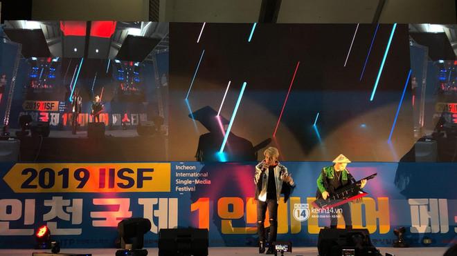Jack và K-ICM hát loạt hit trên sân khấu Hàn Quốc, tự tay tặng nón lá cho khán giả