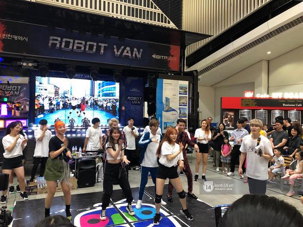Jack và K-ICM diện suit đỏ ton sur ton giao lưu cùng khán giả tại Hàn