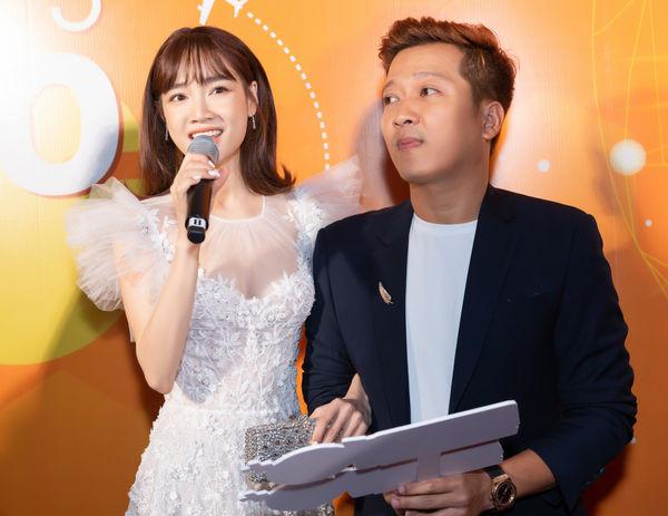 Trường Giang hộ tống Nhã Phương đến sự kiện, ngọt ngào bế bồng vợ xuống sân khấu vì đi lại khó khăn