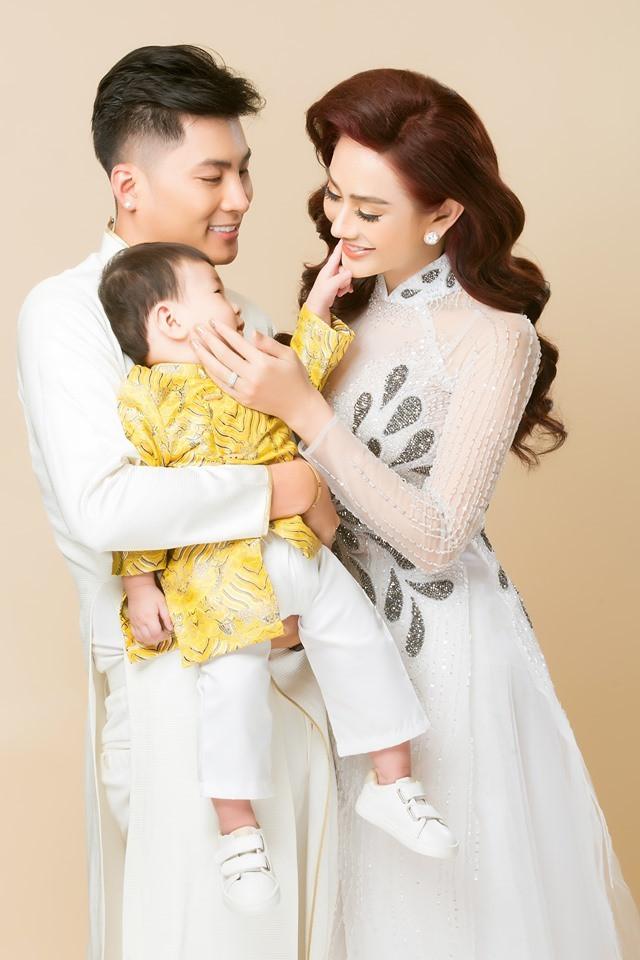 Lâm Khánh Chi thực hiện bộ ảnh gia đình mừng sinh nhật 1 tuổi của con trai đầu lòng
