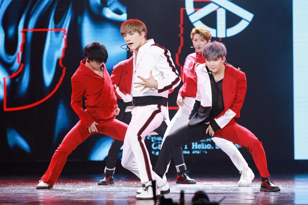 Chi Pu xuất hiện bằng trực thăng, Ngô Kiến Huy lần đầu live Truyền Thái Y, cùng CIX bùng nổ trong show Hàn-Việt
