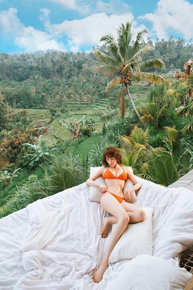 Hậu tung loạt ảnh bán nude gây sốt, Ngọc Trinh lại khoe dáng táo bạo tại Bali