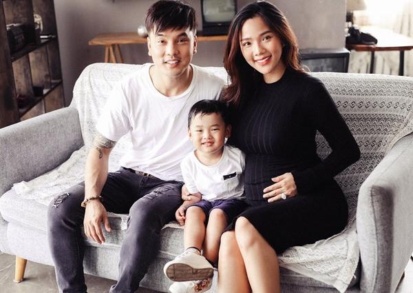 Vợ siêu mẫu của Ưng Hoàng Phúc khoe bộ ảnh gia đình, tháng cuối thai kì nhưng vẫn xinh đẹp như gái đôi mươi