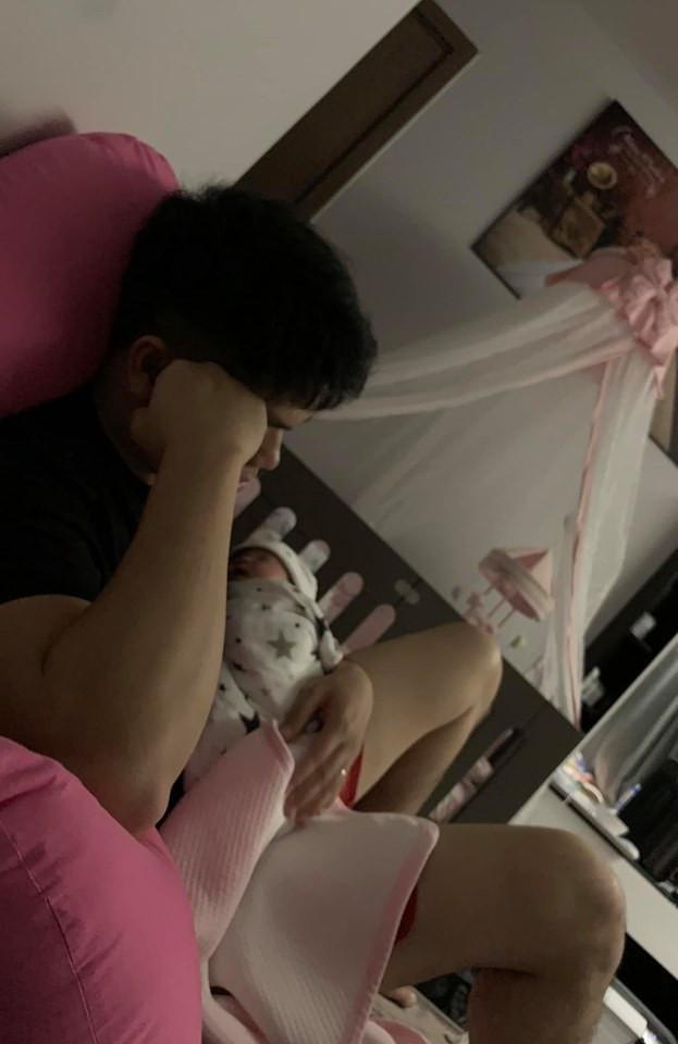 Chồng trẻ của Lê Phương tháo vát trong lần đầu làm cha, chăm con cả ngày lẫn đêm phụ vợ
