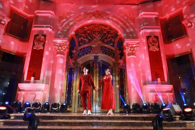 Ông Cao Thắng quỳ gối cầu hôn Đông Nhi lần nữa trên sân khấu khiến khán giả ngỡ ngàng