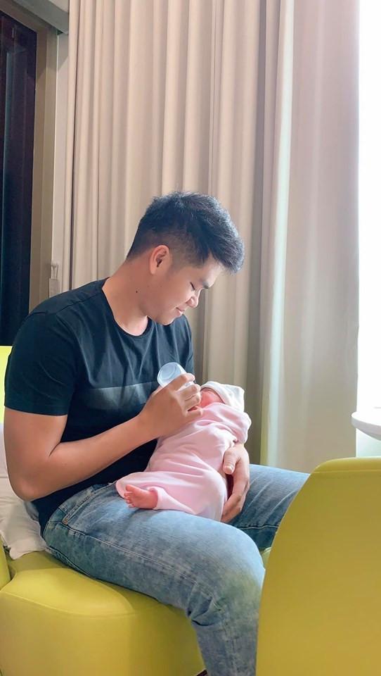 Tuy được ông xã chăm sóc chu đáo, Lê Phương vẫn bị căng thẳng hậu sinh sản vì tắt sữa