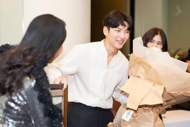 Diệp Lâm Anh gửi lời xin lỗi vì sự kiện Ji Chang Wook bị hủy, tiết lộ ảnh trong cuộc gặp gỡ thân mật 15 phút của nam diễn viên