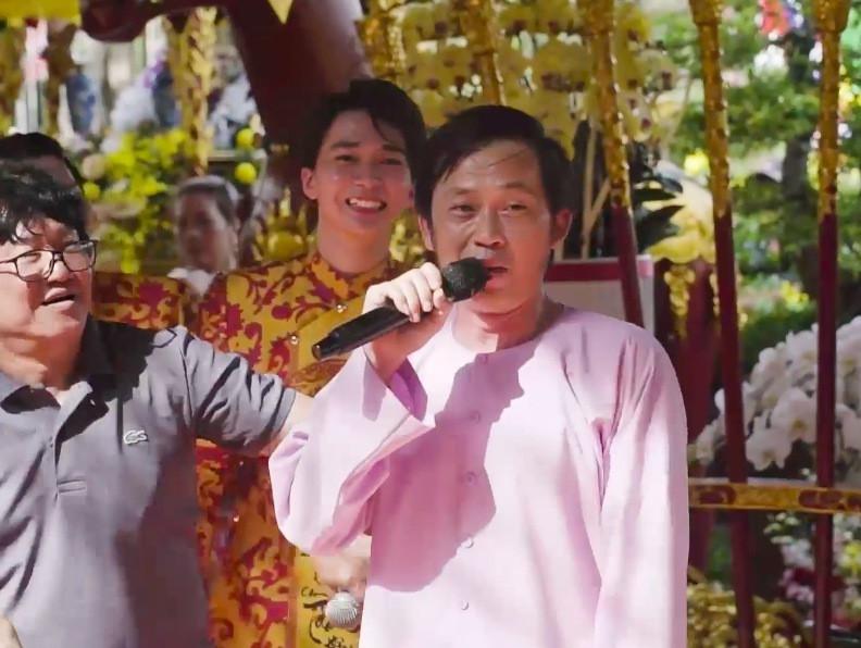 Danh hài Hoài Linh mặc bà ba đi chân đất, hát cực sung cùng vợ chồng Thu Trang - Tiến Luật