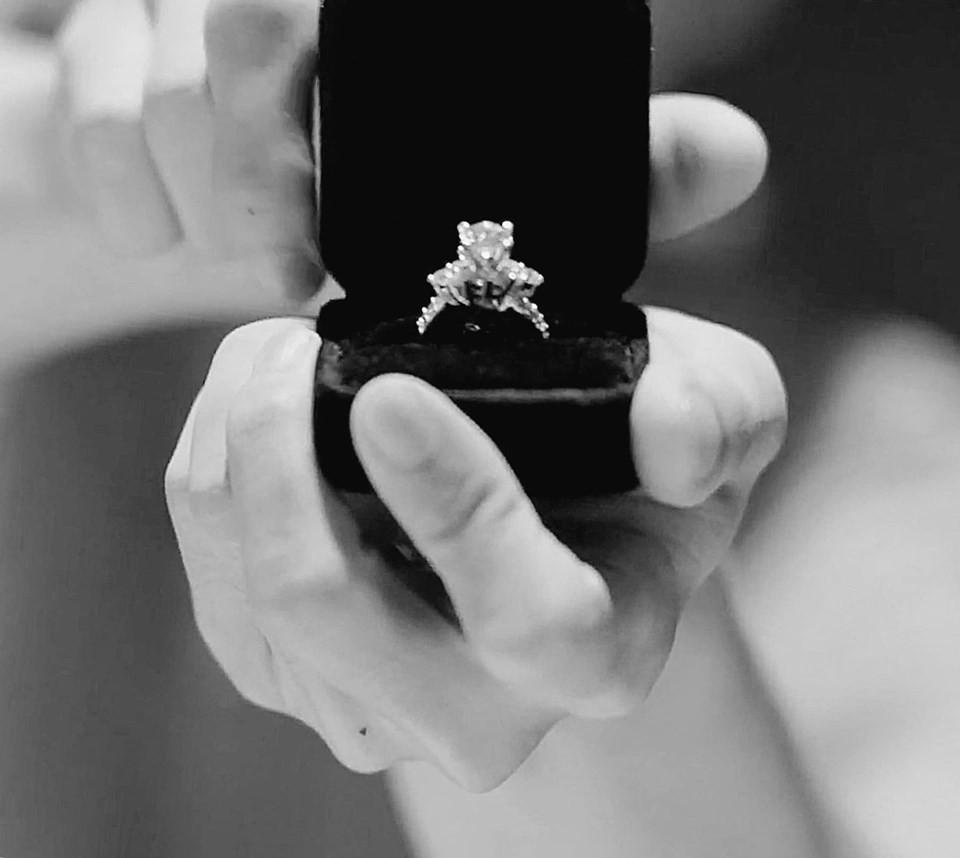 Loạt sao Việt bất ngờ khi Bảo Anh chơi lớn đăng ảnh nhẫn kim cương cầu hôn khổng lồ của người bí ẩn
