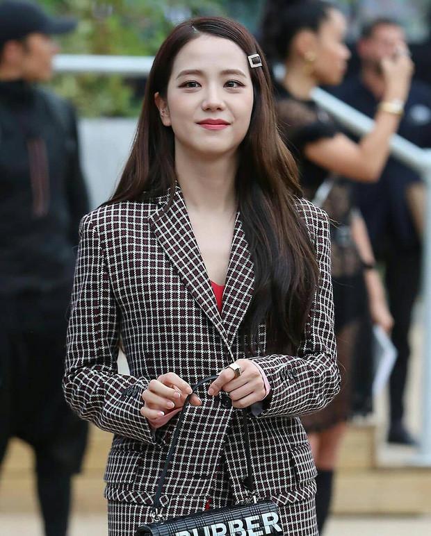 Jisoo (BLACKPINK) diện vest, thuần châu Á với kẹp tóc đơn giản nhưng vẫn nổi bần bật giữa trời Anh