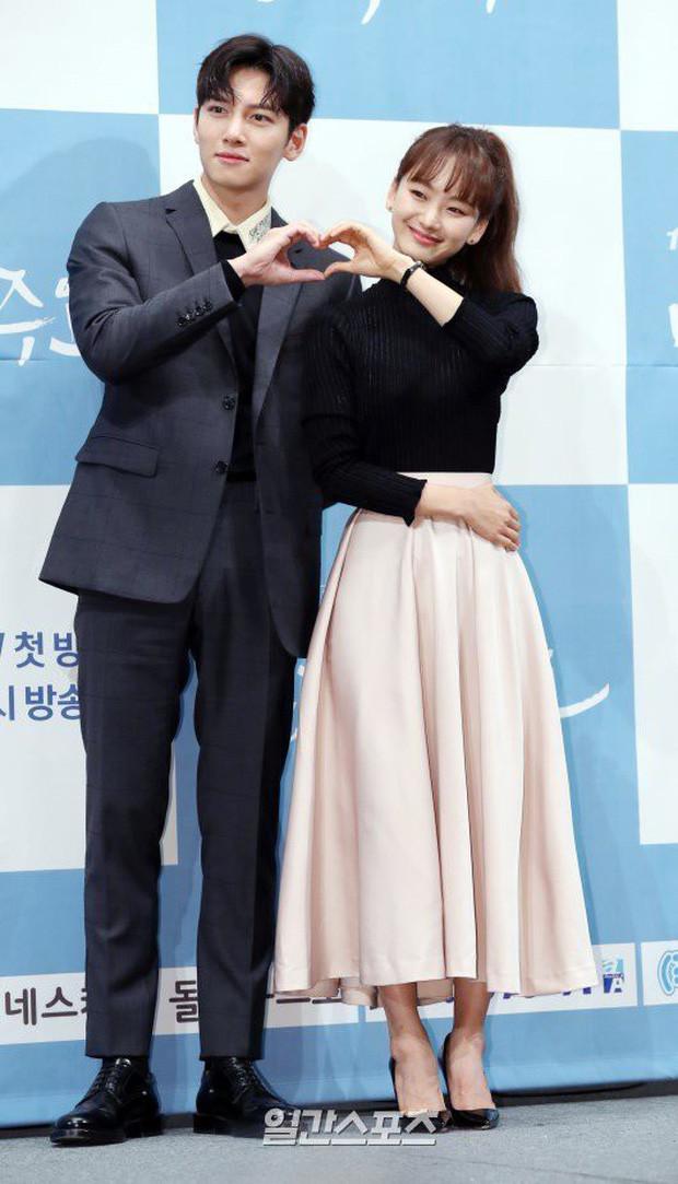 Ji Chang Wook đẹp xuất thần tại họp báo phim mới, bóng hồng diễn cùng bị dìm đến tội nghiệp