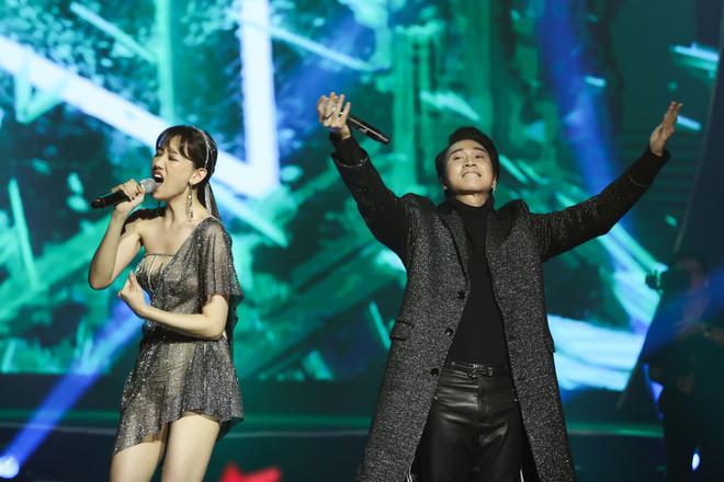 Trấn Thành phá kịch bản concert, dành tặng cho Hari Won điều bất ngờ khiến cô cảm động rơi nước mắt