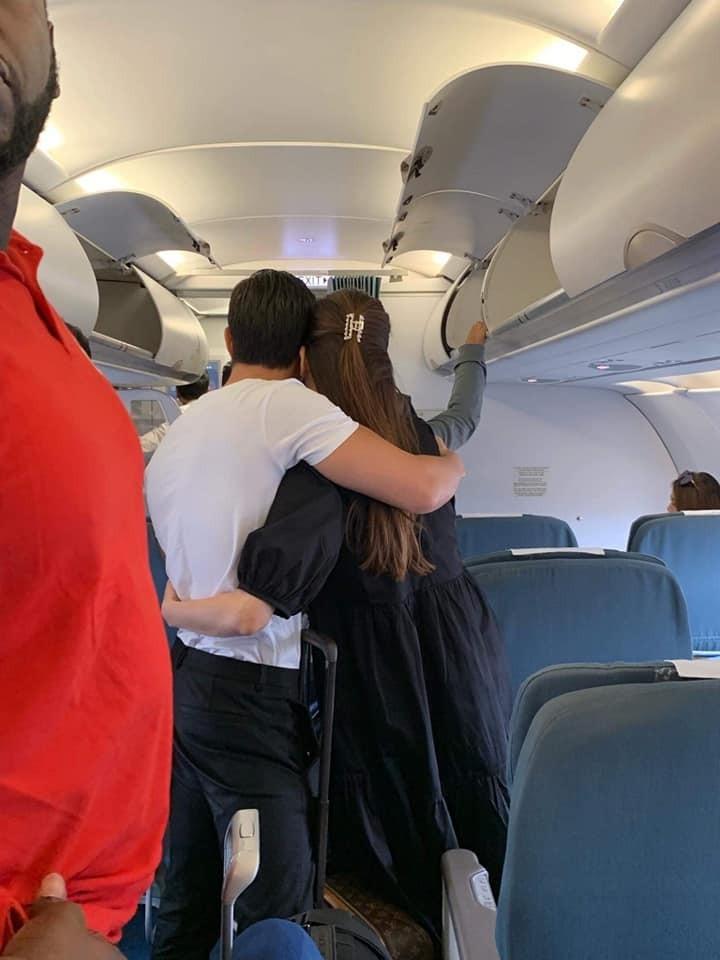 Kim Lý lại bị fan bắt gặp ôm hôn Hồ Ngọc Hà tình cảm tại sân bay