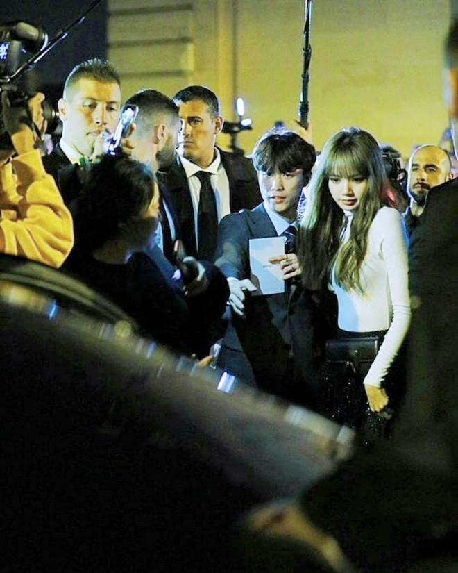 Lisa đến Pháp cho sự kiện thời trang quốc tế, cánh phóng viên trời Tây chen chúc chụp ảnh