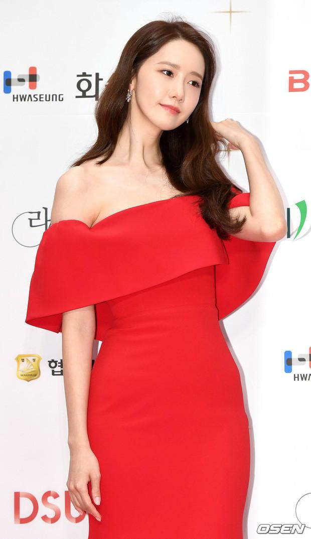 Yoona tại sự kiện thảm đỏ Liên hoan phim Busan, đẹp hớp hồn trong chiếc đầm đỏ ôm sát cơ thể