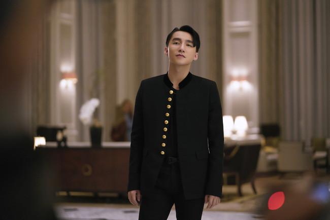Sơn Tùng tung ảnh hậu trường quay, fan dự đoán MV comeback lần thứ 2 trong năm sắp ra lò