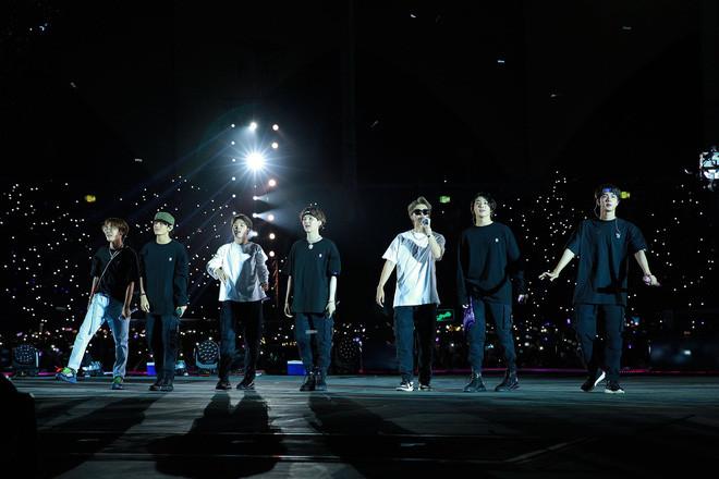 Jungkook và V đọ sắc cực căng tại đêm concert mới nhất của BTS