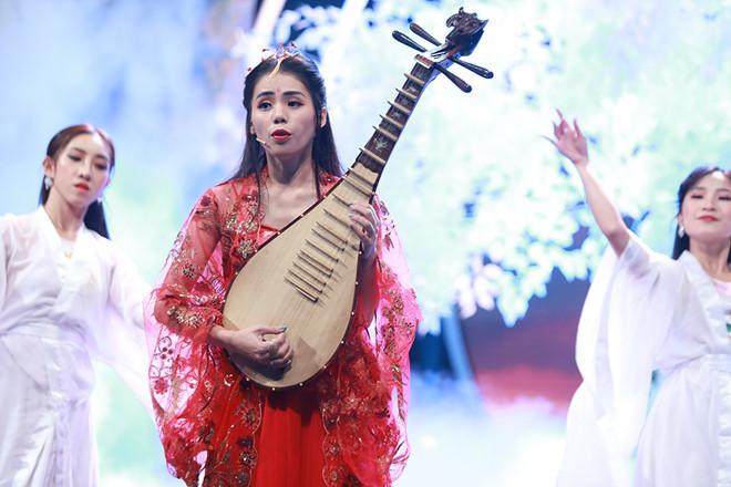 Sau loạt ồn ào gần đây, Hương Ly được Trường Giang đệm đàn để biểu diễn trên chương trình truyền hình