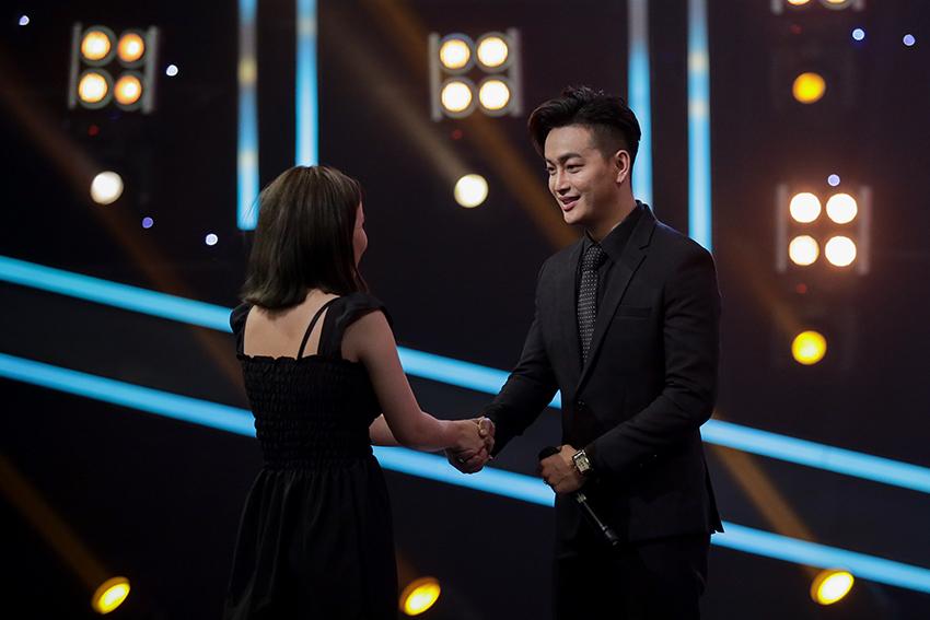 Tái hiện hình ảnh 10 năm trước của mình, cựu trưởng nhóm HKT bất ngờ bị fan nữ cưỡng hôn trên sân khấu