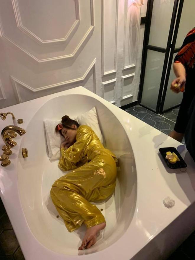 Ninh Dương Lan Ngọc tiết lộ hậu trường quay MV: Diện nguyên cây vàng tươi, ngủ gục ngay tại bồn tắm