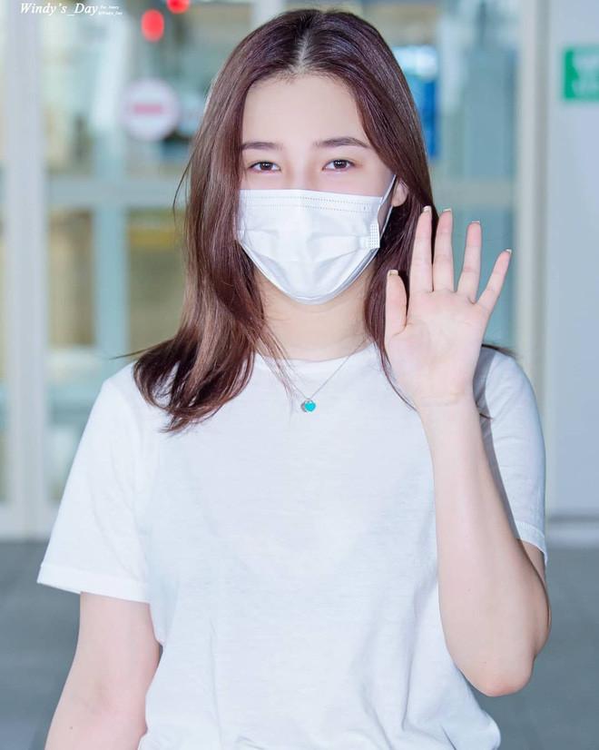 Bông hồng lai Nancy tại sân bay: Không kẻ mắt, chỉ tô son và phấn nền nhưng vẫn đẹp hết phần thiên hạ