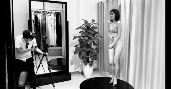 Nổi tiếng hở bạo nhưng Ngọc Trinh lại ngượng ngùng khi diện bikini trước ống kính
