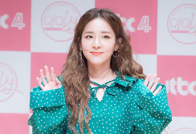 YG lạnh lùng xóa tên 2NE1 khỏi danh sách nghệ sĩ, Dara từ chức giám đốc PR: Tôi chỉ làm việc cho các cô gái của mình