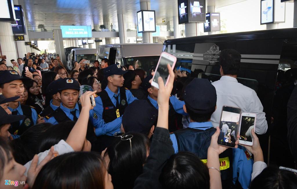 2 ngôi sao cuối cùng hạ cánh tại Việt Nam: Hoàng tử châu Á Lee Kwang Soo co rúm người di chuyển, nam thần Ji Chang Wook rạng rỡ sau chuyến bay dài