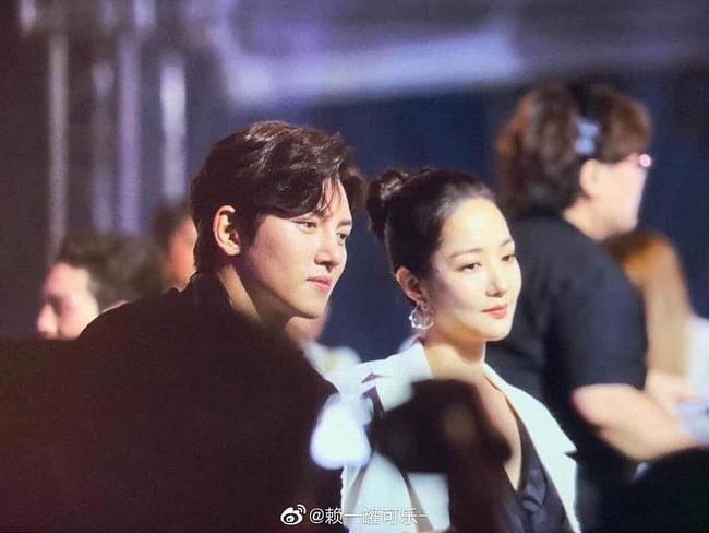Park Min Young bị fan bắt gặp nhìn người tình màn ảnh Ji Chang Wook đắm đuối tại AAA 2019