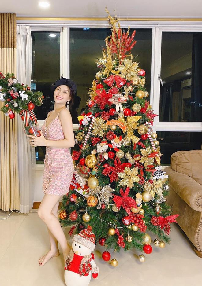 Sao Việt trang trí nhà cửa đón Noel: Tăng Thanh Hà, Phạm Hương sắm cây thông siêu to khổng lồ