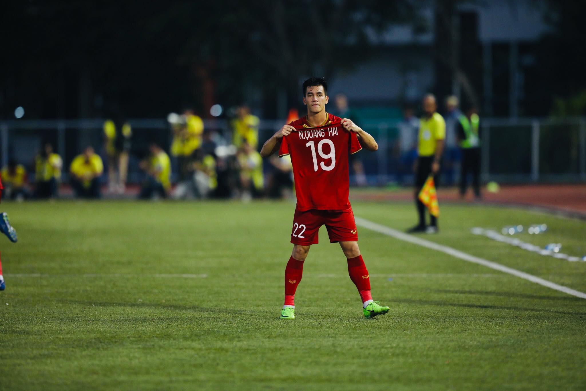 Trường Giang, Ninh Dương Lan Ngọc ngừng quay show, cổ vũ Tiến Linh trước màn penalty định mệnh