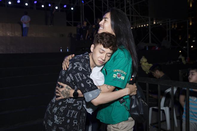 BB Trần xuất hiện tại buổi tổng duyệt của Ngô Kiến Huy, ôm ấp chàng Bắp cực kì tình cảm