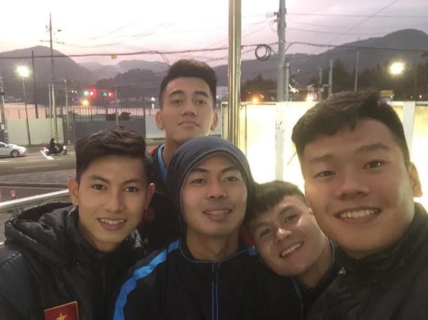 Cầu thủ U23 Việt Nam đổ bộ Hàn Quốc tập huấn, chưa bao lâu đã hóa nam thần Kpop chính hiệu