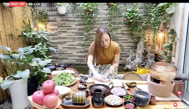 Mỹ Tâm vừa livestream nấu ăn vừa hát, CĐM gọi luôn bà Tâm Vlog