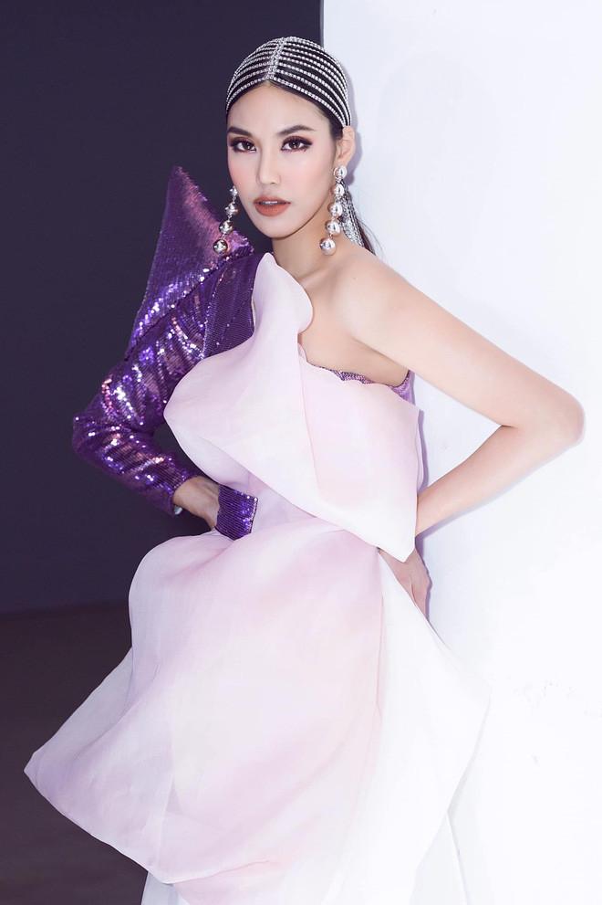Cùng nhau selfie, siêu mẫu mẹ một con Lan Khuê xinh đẹp không kém gì tân hoa hậu Khánh Vân