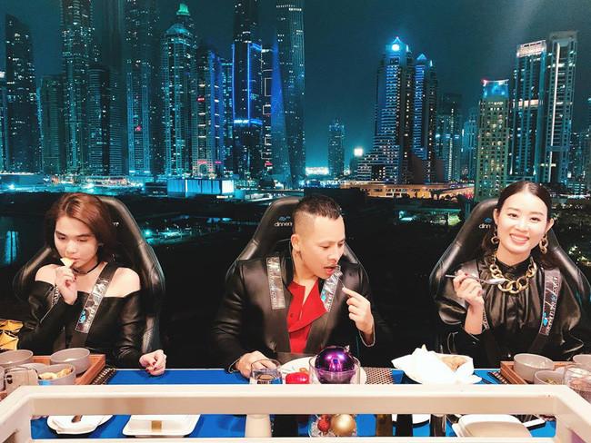 Giữa tin đồn nợ nần chồng chất, Vũ Khắc Tiệp và Ngọc Trinh checkin tại Dubai với bàn tiệc sang chảnh